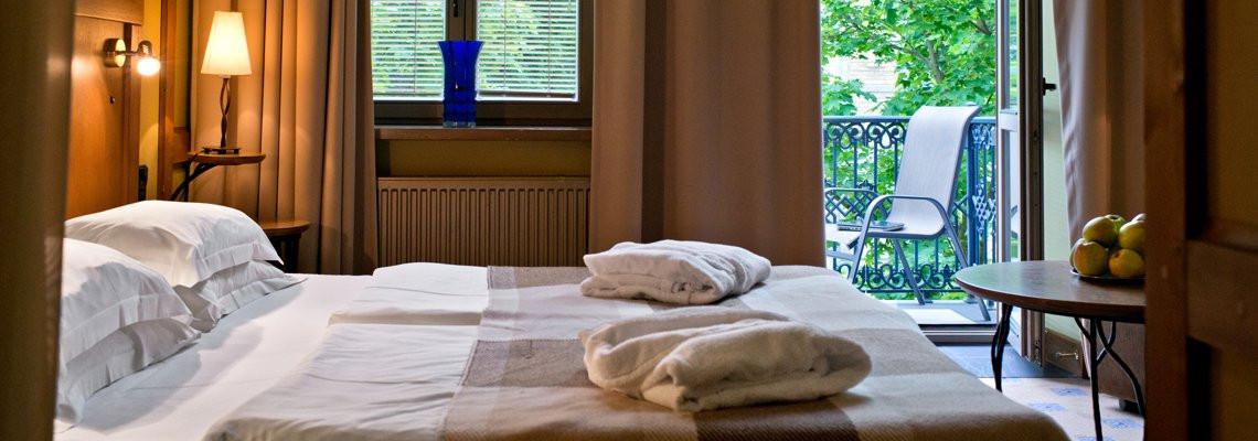 Dvivietis su dvigule lova